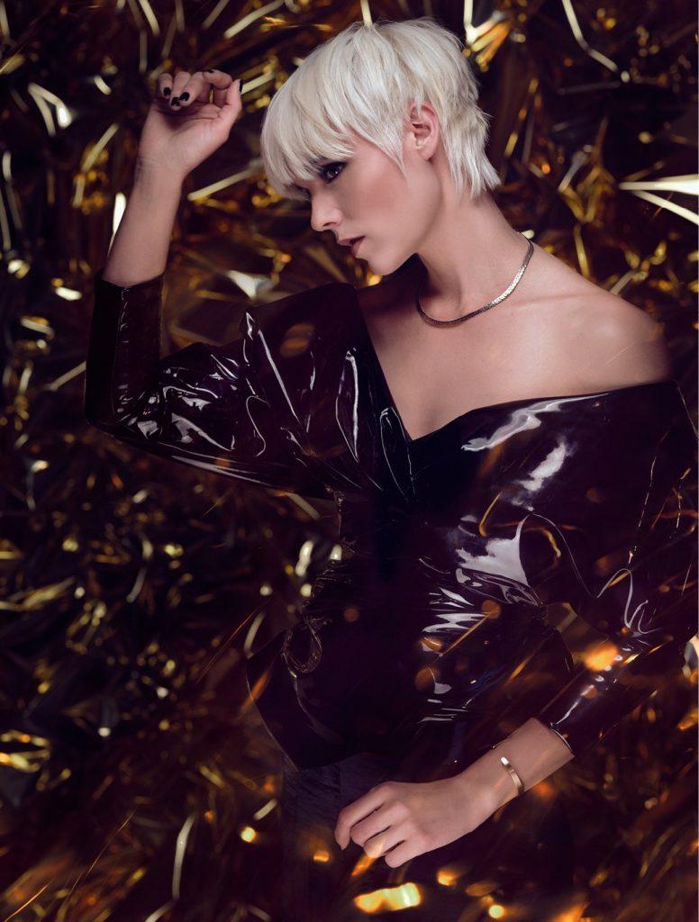 Une coupe courte associé à un joli blond polaire qui accroche parfaitement la lumière pour un style féminin et moderne.