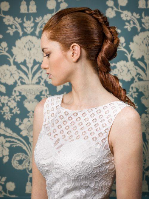 Idéal pour une mariée romantique, l'attache nouée et ses longueurs bouclées, irrésistible.