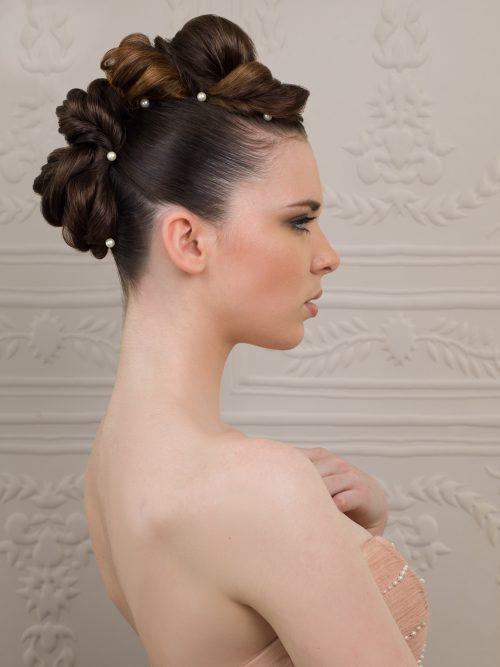 Raphaël Perrier propose des coiffures originales et glamour pour les mariées d'aujourd'hui.