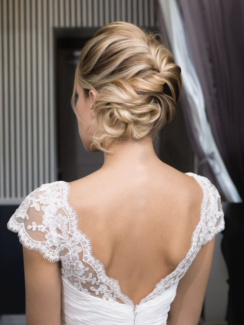 L'incontournable des coiffures de mariée, le chignon tressé une valeur sûre.