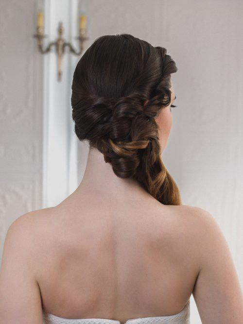 Pour toutes les mariées aux longueurs XXL, optez pour le side hair glamour à souhait.